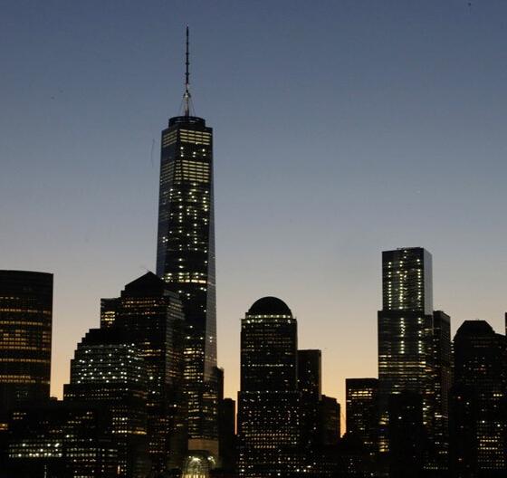 当地时间2014年11月3日,美国纽约,911恐怖袭击13年之后,新建成的纽约世贸中心一号大楼正式重新开放。没有任何剪彩和庆祝仪式,该大楼首批租户的员工当天早晨进入大楼开始工作。据悉,出版业巨头康泰纳仕国际集团的170名员工当天早晨进入世界贸易中心一号大楼开始工作,标志着纽约世贸中心一号大楼正式对外开放。  据报道,纽约世贸中心一号大楼是在原世贸中心双子楼遗址上修建起来的核心建筑,这座摩天大楼高达1776英尺(541.